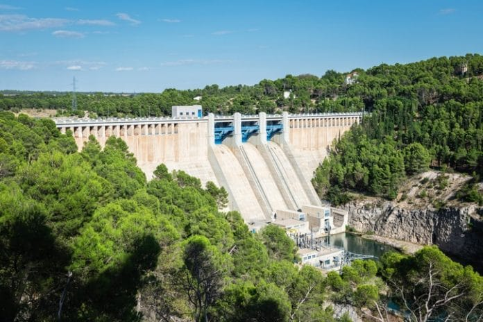 Elektrownia wodna na rzece Jucar w okolicy Alarcón, Cuenca, Castilla-La Mancha