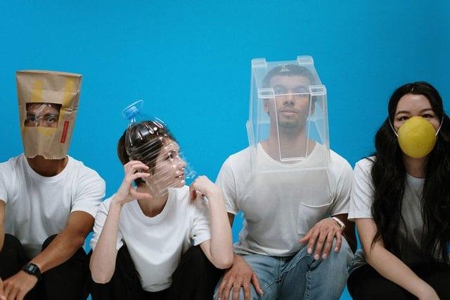 osoby w humorystycznych nakryciach głowy - nawiązanie do COvid