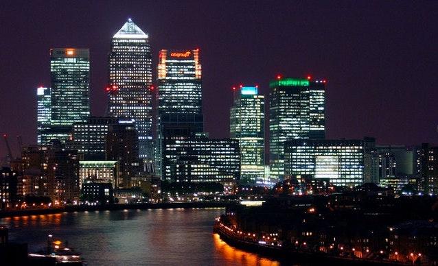 Oświetlone wieżowce. Widok londyńskiego Canary Wharf nocą