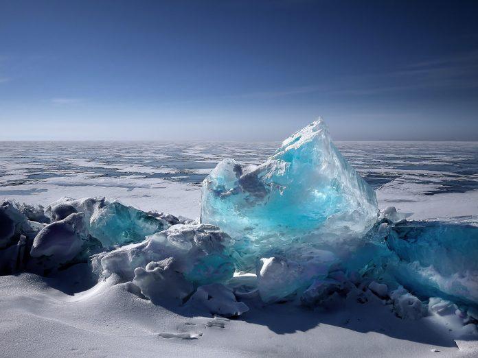 topiący się lód obrazujący globalne ocieplenie