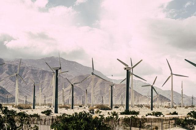 Czy OZE są ekologiczne - duża farma wiatrowa na tle gór