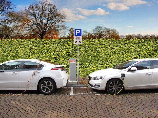 Elektromobilność: dwa samochody podłączone do ładowarki