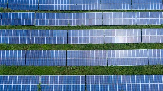 energia słoneczna: rzędy paneli fotowoltaicznych