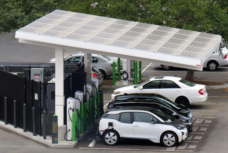 stacja ładowania pojazdów elektrycznych wg. projektu US San Diego EVgo z panelem solarnym