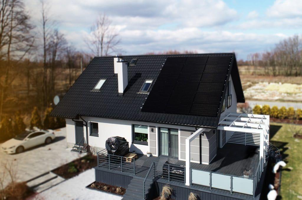 fotowoltaika instalacja fotowoltaiczna na dachu jinko full black falownik