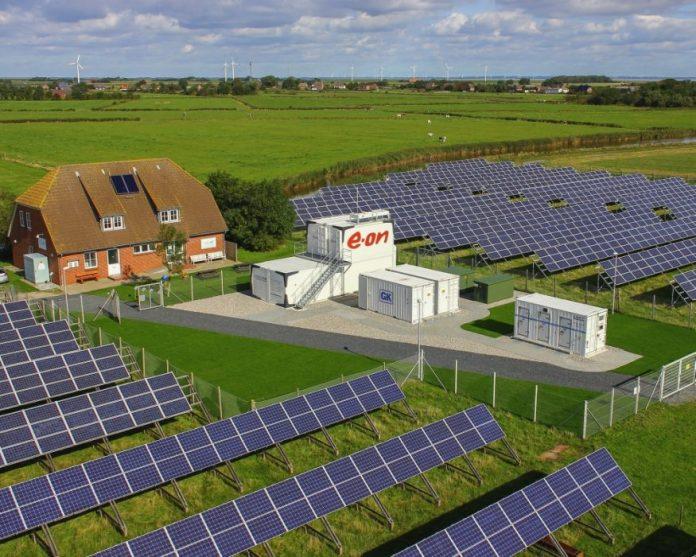 angielski krajobraz z magazynem energii i panelami słonecznymi