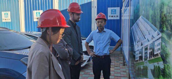 Na zdjęciu ekspert techniczny Yuan Hanling, Oilon China, dyrektor generalny Ville Pekkola, Oilon China i dyrektor generalny Gong Jiyu, elektrownia magazynująca energię Dalian Hengliu.