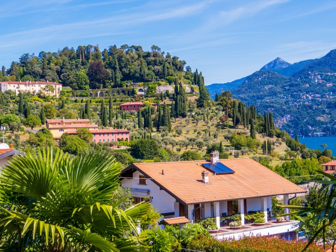 panel słonecznyn nad włoskim domem, okolice jeziora Como