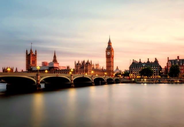 Widok na Westminster. Wielka Brytania – emisja gazów cieplarnianych