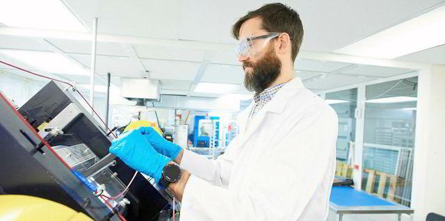 naukowiec pracujący nad baterią cynkowo-powietrzną w ZInc8