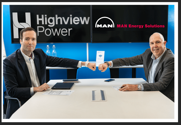 przedstawiciele High Power i Man podpisujący umowę