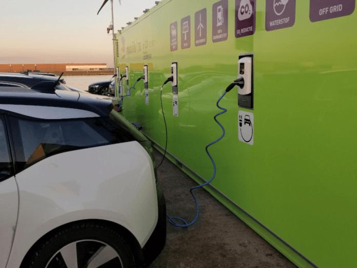 samochód elektryczny ładowany z ładowarki z magazynem energii