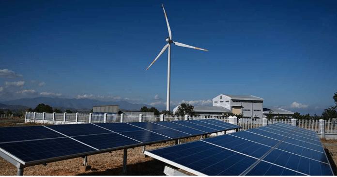 Panele słoneczne i turbina wiatrowa w południowym Wietnamie.