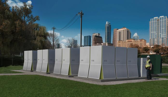 magazyn energii na tle miasta