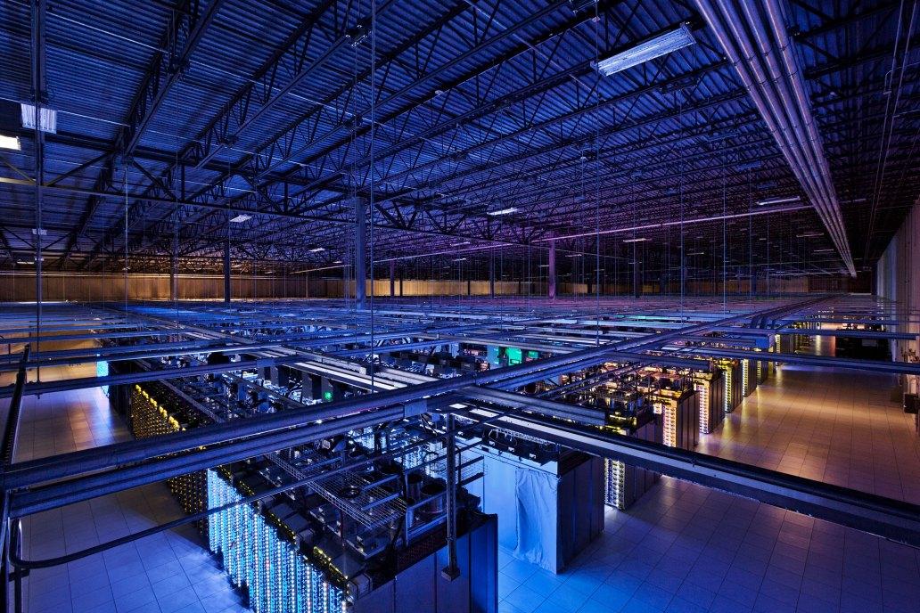 Wnętrze centrum danych Google w Iwona
