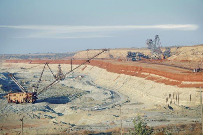cięzkie maszyny pracują w kamieniołomie do wydobywania rudy manganu
