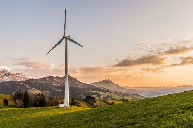 recycling turbin wiatrowych– zdjęcie wiatraka na tle gór
