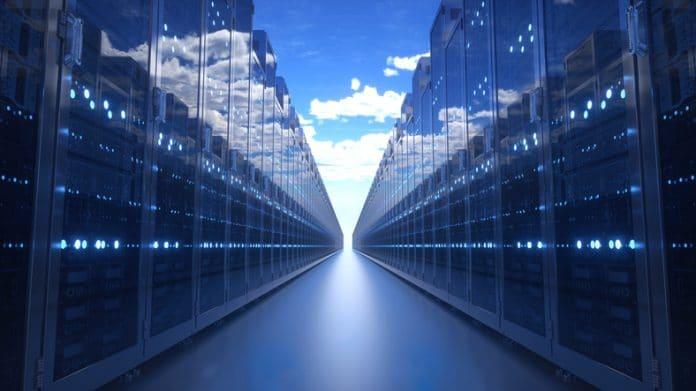 Regały serwerowe z niebieskim zachmurzonym niebem. ilustracja 3D.