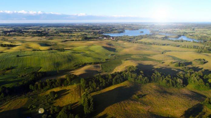 Widok z lotu ptaka na jezioro na Mazurach
