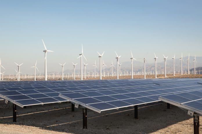 Hybrydowa elektrownia: panele słoneczne i turbiny wiatrowe na pustyni w Kalifornii.
