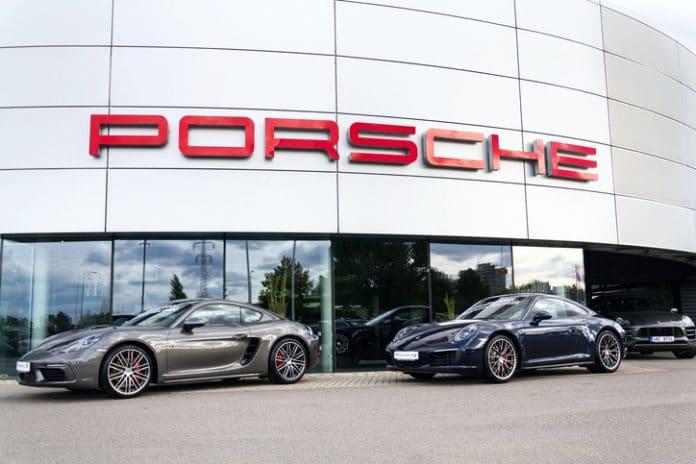 Dwa samochody Porsche przed salonem sprzedaży Porsche