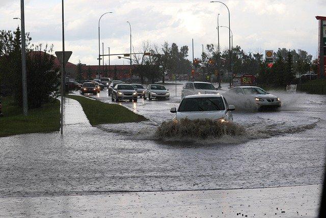 ulewny deszcz w mieście, na wypadek takich zdarzeń Warszawa buduje kolektor burzowy