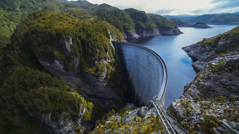 Zapora elektrowni wodnej, Strathgordon, Tasmania. Źródło: iStock