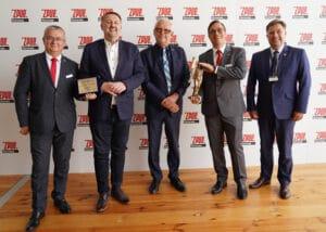 Michał Wypychewicz, ZPUE, odbiera nagrodę za SPS SOFT
